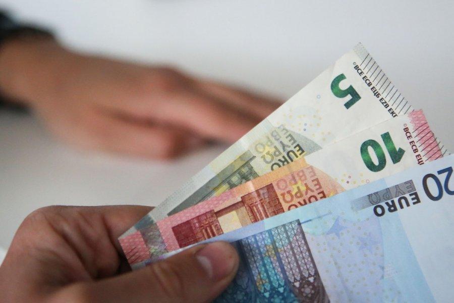 kaip užsidirbti pinigų grynaisiais įmonės vertinimas kaip pasirinkimo galimybė